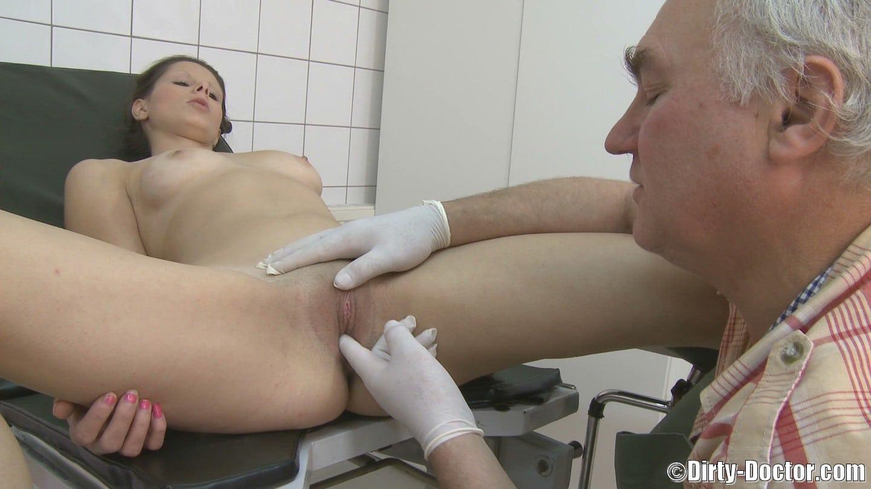 doktor vyšetřuje gynekologie