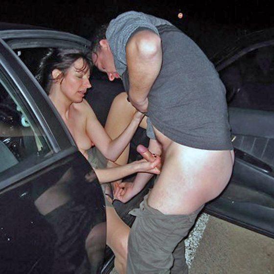 v autě venku honí
